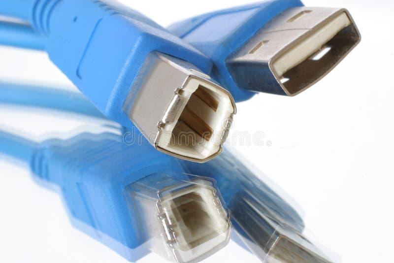 Lascia per connettere. Le spine del cavo della porta del USB in su-si chiudono & esagerato. fotografie stock libere da diritti