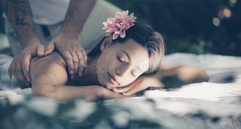 Lascila godere di mentre gli date un massaggio fotografie stock