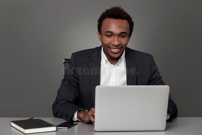 Lascimi controllare il mio profilo sociale di media immagine stock