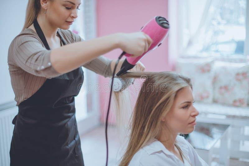 Lascimi riparare i vostri capelli fotografia stock