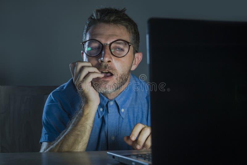Lascivious wzbudzający porn nałogowa mężczyzna ogląda płeć film nocnego przy laptopu patrzeć w głupków szkłach online deprawuje i fotografia royalty free