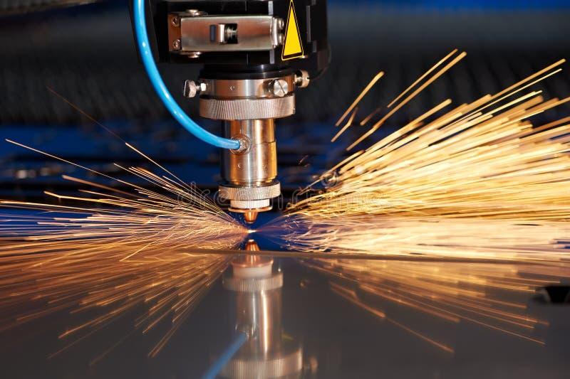 Laser-Ausschnitt des Metallblattes mit Funken stockfotografie