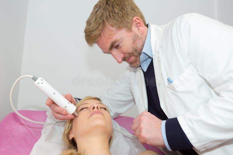 Laser-Behandlung an der Sch?nheits-Klinik stockbilder
