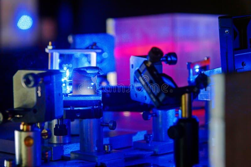 Laser blu in un laboratorio di ottica di quantum fotografia stock