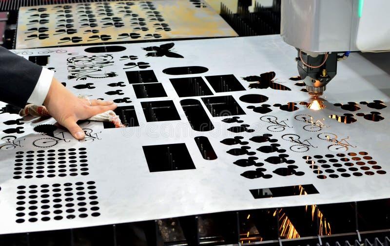 Laser CCN coupant la machine d'industrie de m?tal ouvr? dans l'usine image libre de droits