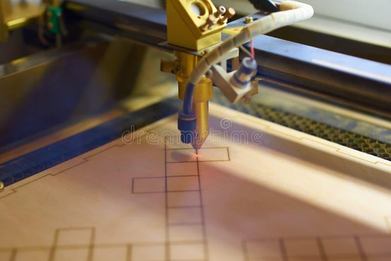 Laser de la madera contrachapada que corta cierre de proceso foto de archivo libre de regalías