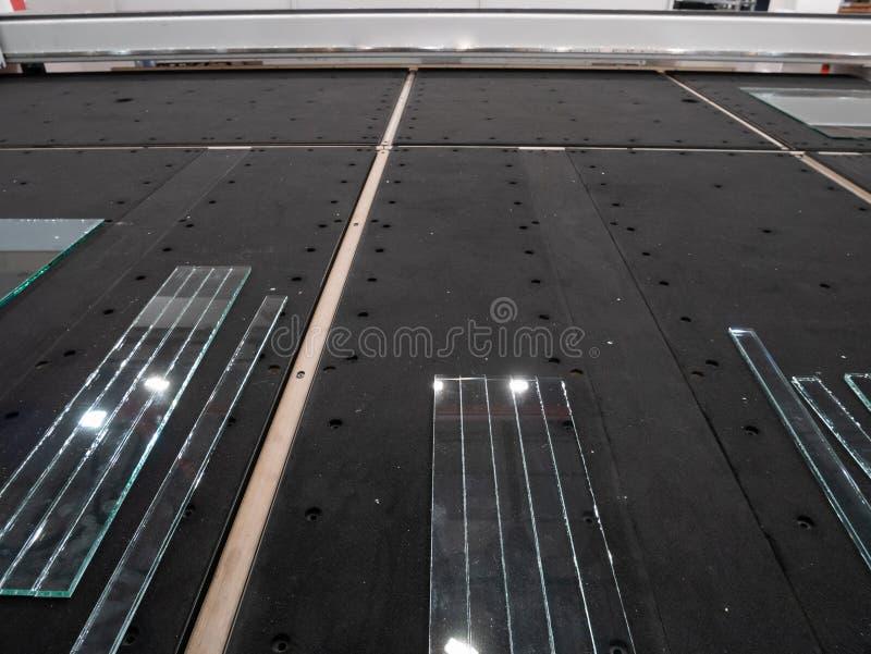 Laser di Industrual che taglia il sistema automatico della macchina di CNC con i pezzi lunghi di vetro fotografia stock libera da diritti