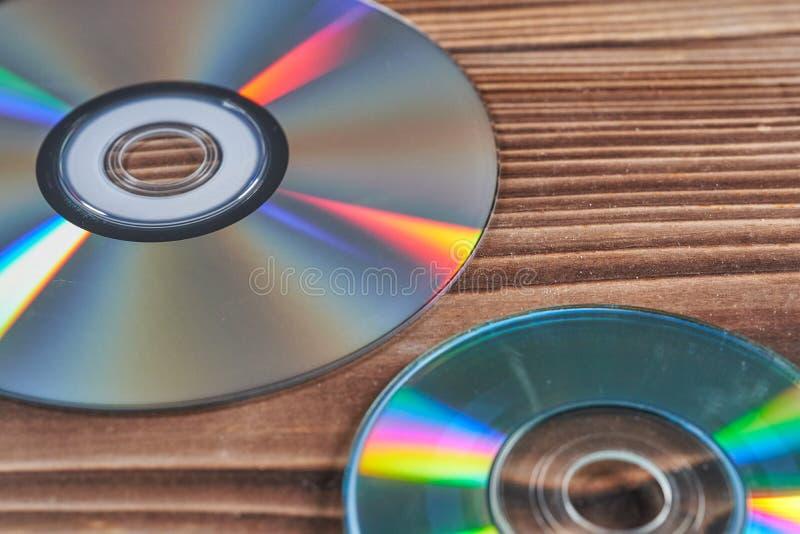 Laser-disketter är på en trätabell fotografering för bildbyråer