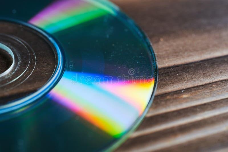 Laser-disketter är på en trätabell royaltyfria foton
