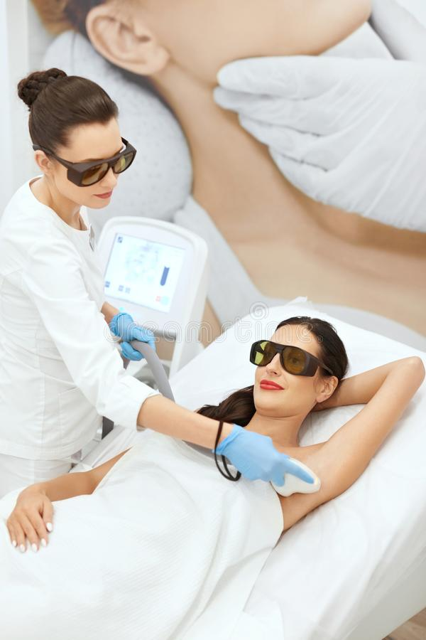 Laser-epilation Kvinna på för laser för hårborttagning Underarm tillvägagångssätt arkivbild