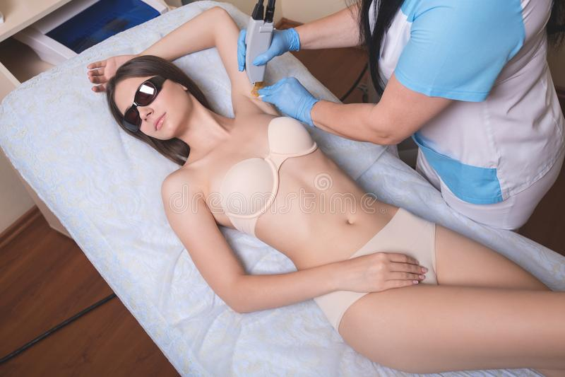 Laser-epilation och cosmetology Slut för tillvägagångssätt för hårborttagningsdepilation upp Cosmetology och SPA begrepp Top besk royaltyfri fotografi