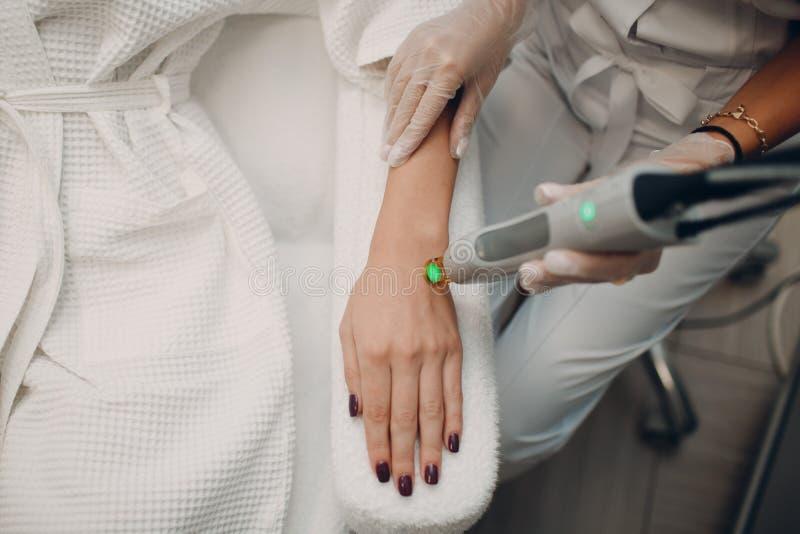 Laser-epilation och cosmetology Tillvägagångssätt för hårborttagningscosmetology Laser-epilation och cosmetology royaltyfria bilder