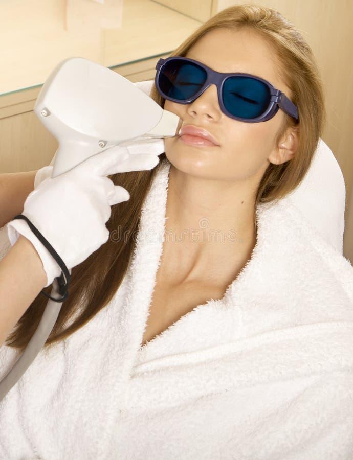 Laser-hårborttagning i professional studio. royaltyfria foton