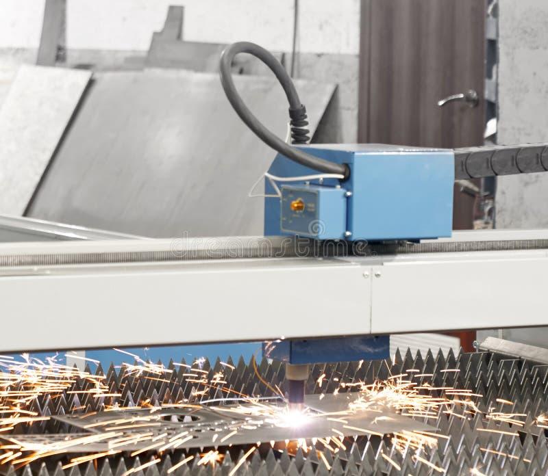 Laser moderno do plasma do CNC que corta a folha de metal imagens de stock royalty free