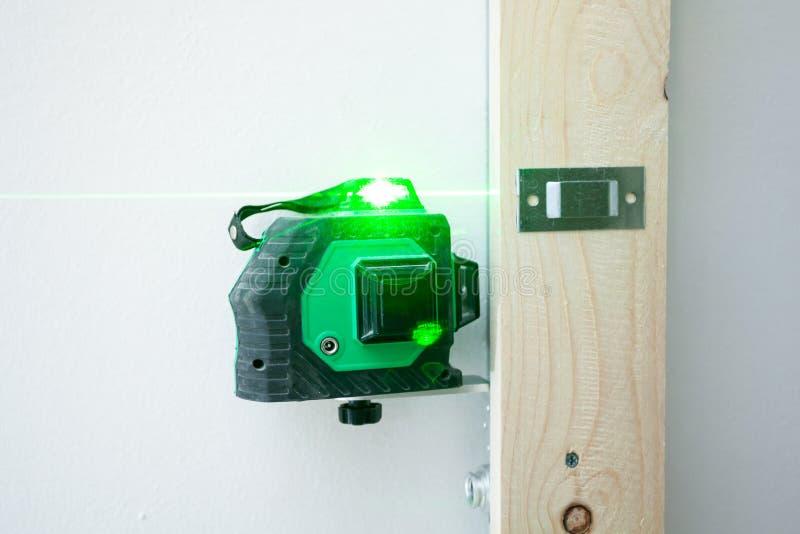 Laser-Niveaumessgerät für die Installation stockfotografie