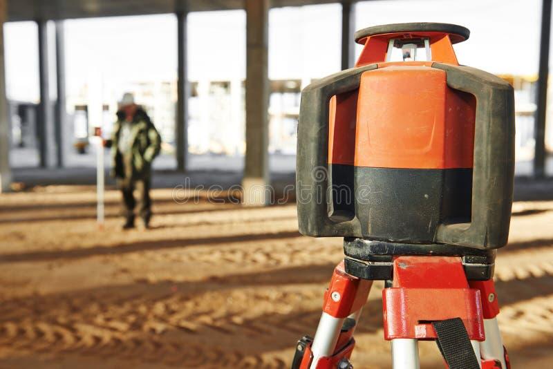 Laser nivelant l'équipement au chantier de construction photos libres de droits