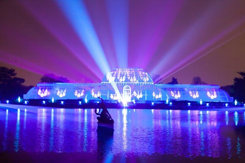 Laser- och ljusshow på kewträdgårdar royaltyfri bild