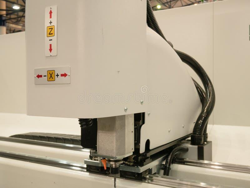 Laser programmable industriel automatisé coupant la machine de gravure images stock