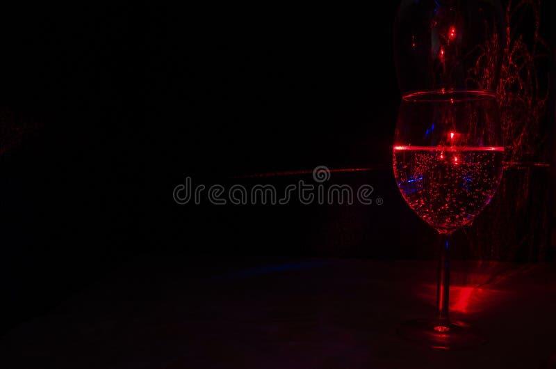 Laserlichtmalerei des Weinglases des Wassers und der Blase unter Verwendung Laser-Beugung stockbild