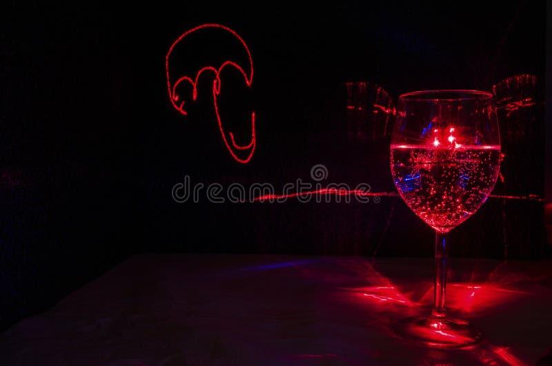 Laserlichtmalerei eines Regenschirmes mit Weinglas des Wassers und der Blase lizenzfreies stockbild
