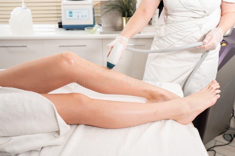 Laserowa epilacja i kosmetologia Włosiany usunięcie na dam nogach przy kosmetyczną piękno zdroju kliniką Kosmetologii procedura o obraz stock