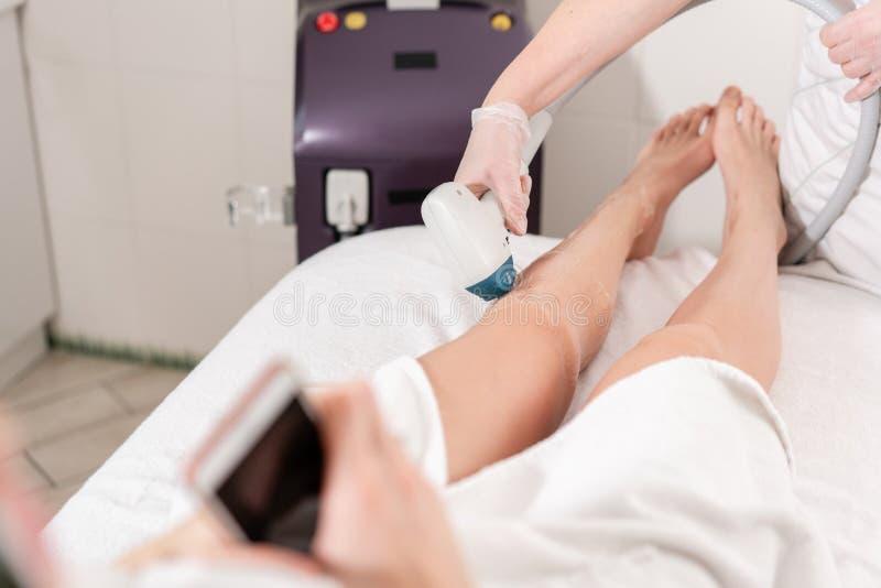 Laserowa epilacja i kosmetologia Włosiany usunięcie na dam nogach przy kosmetyczną piękno zdroju kliniką Kosmetologii procedura o obrazy royalty free