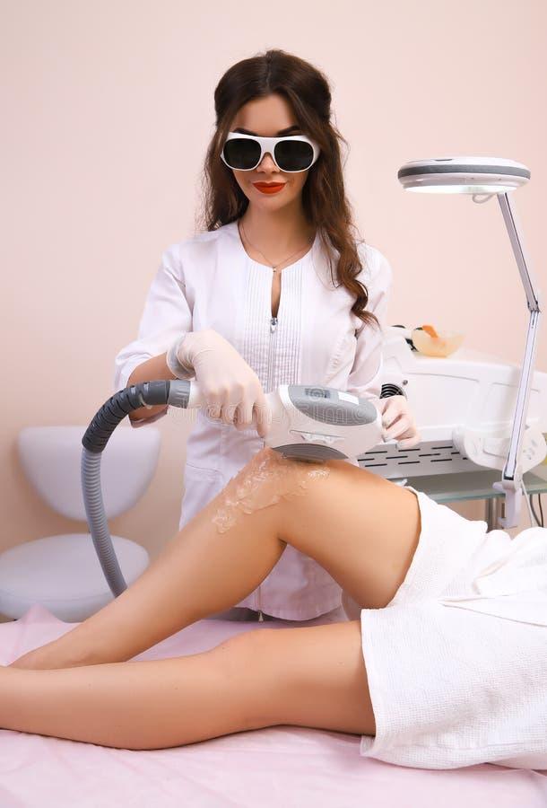 Laserowa epilacja i kosmetologia zdjęcia stock