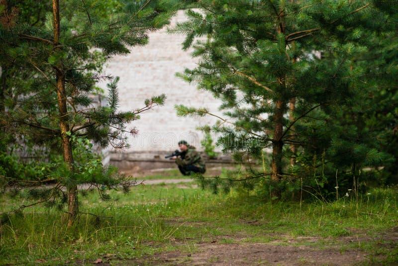 Laserowa etykietki gra, żołnierze z pistoletami zamazującymi obrazy stock