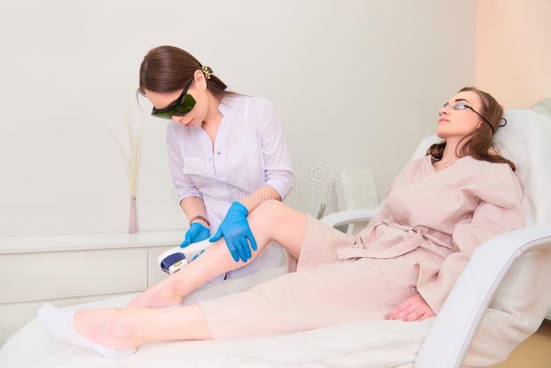 Laserowa procedura w klinice laserowa kosmetologia zdjęcie royalty free