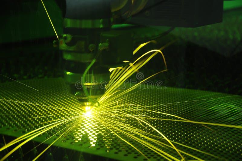 Laserowy rozcięcie i iskra przy pracą obraz royalty free