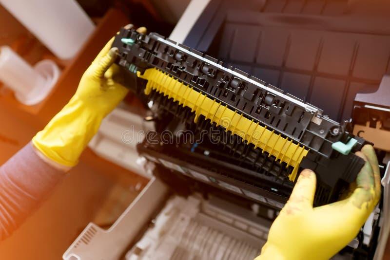 Laserprinterreparatie Het vervangen van de patroon Onderhoud en het schoonmaken Fuserreparatie royalty-vrije stock afbeeldingen