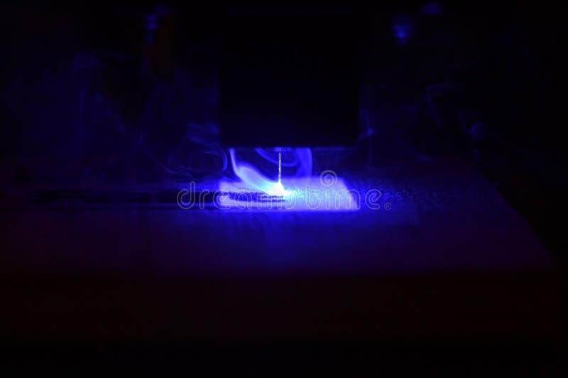 laserstrålen för skrivaren 3D bränner modellnärbilden på ett träbräde royaltyfria foton