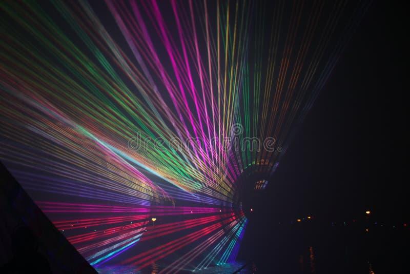 Laserstr?lar under en offentlig show i flera f?rger p? vattnet av Ringvaarten i Nieuwerkerk den aan h?lan IJssel royaltyfri bild