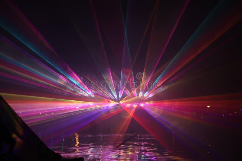Laserstr?lar under en offentlig show i flera f?rger p? vattnet av Ringvaarten i Nieuwerkerk den aan h?lan IJssel arkivfoton