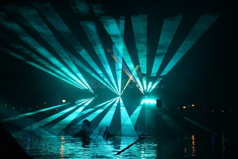 Laserstr?lar under en offentlig show i flera f?rger p? vattnet av Ringvaarten i Nieuwerkerk den aan h?lan IJssel arkivbild
