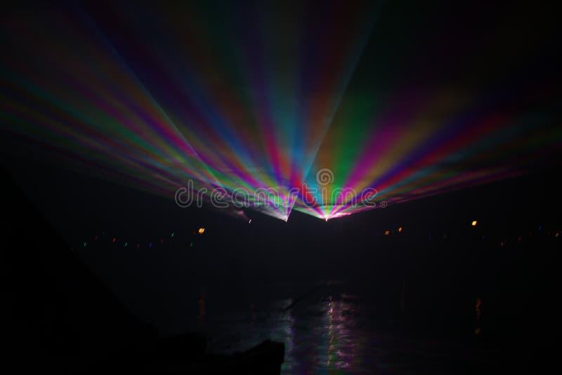 Laserstr?lar under en offentlig show i flera f?rger p? vattnet av Ringvaarten i Nieuwerkerk den aan h?lan IJssel royaltyfri fotografi