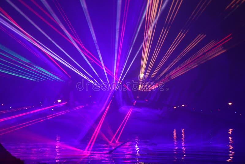 Laserstr?lar under en offentlig show i flera f?rger p? vattnet av Ringvaarten i Nieuwerkerk den aan h?lan IJssel royaltyfria bilder