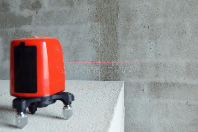 Laseru równy instrument na cegle na budowie zdjęcie royalty free