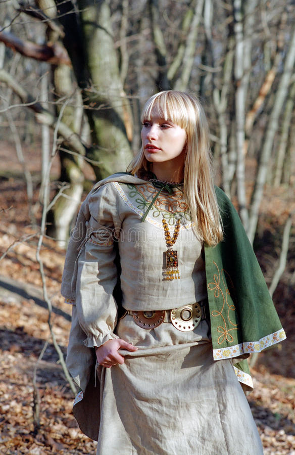 lasowa średniowieczna chodząca kobieta zdjęcie royalty free