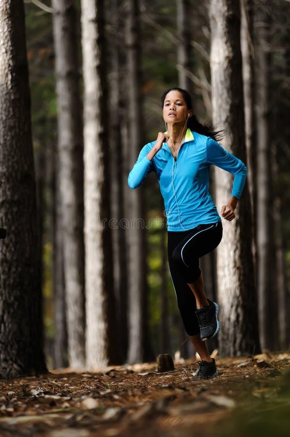 Lasowa działająca kobieta