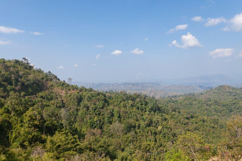 Lasowa góra i niebieskie niebo zdjęcia royalty free