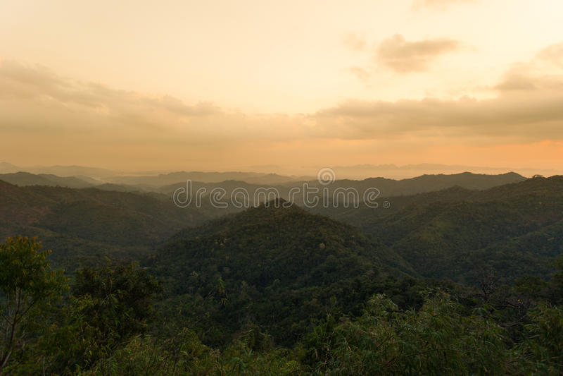 Lasowa góra i niebieskie niebo fotografia royalty free