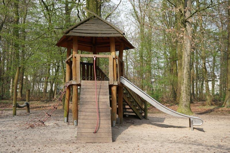 Lasowy boisko z drewnianą budą i obruszeniem obrazy royalty free