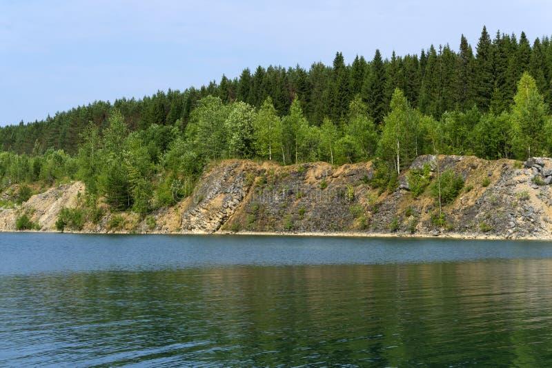 Lasowy jezioro z stromymi bankami - zanurzający stary łup fotografia stock