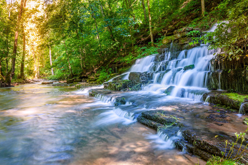 Download Lasowy strumień i siklawa obraz stock. Obraz złożonej z wzgórze - 34094701