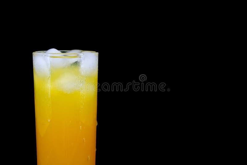 Lass свежего апельсинового сока при лед изолированный на черноте стоковое фото rf