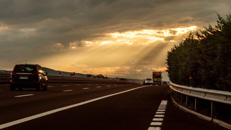 Lassen Sie den Sonnenuntergang mein Führer sein stockfotos