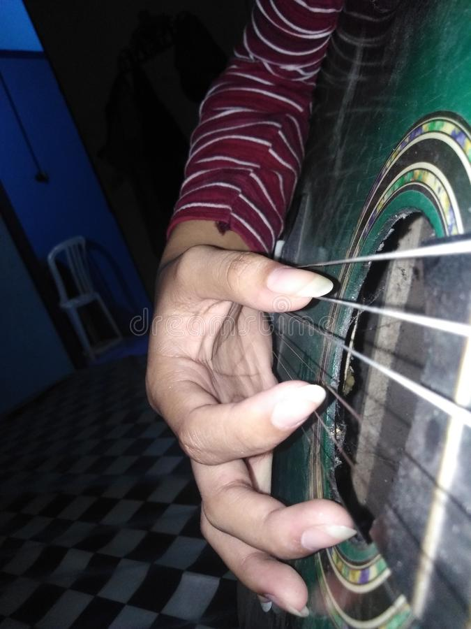 Lassen Sie mich die Gitarre spielen, singen Sie ein Lied wenn u-can& x27; t ist in der Lage, die Sachen zu tun, die Sie pflegten, stockbilder