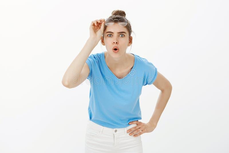 Lassen Sie mich näher schauen Porträt des intrigierten attraktiven weiblichen Wissenschaftlers, die Gläser entfernend und verbieg lizenzfreies stockbild