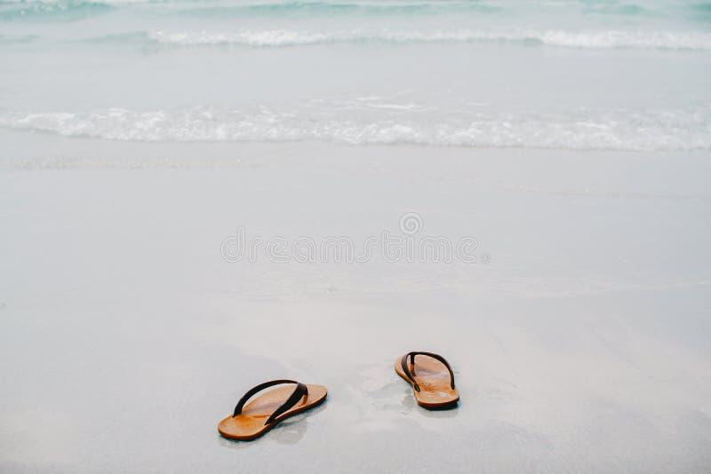 Lassen Sie, uns die Sommeranfänge Ihre Sandale entfernen dann gehen Sie zum Meer, lizenzfreies stockfoto